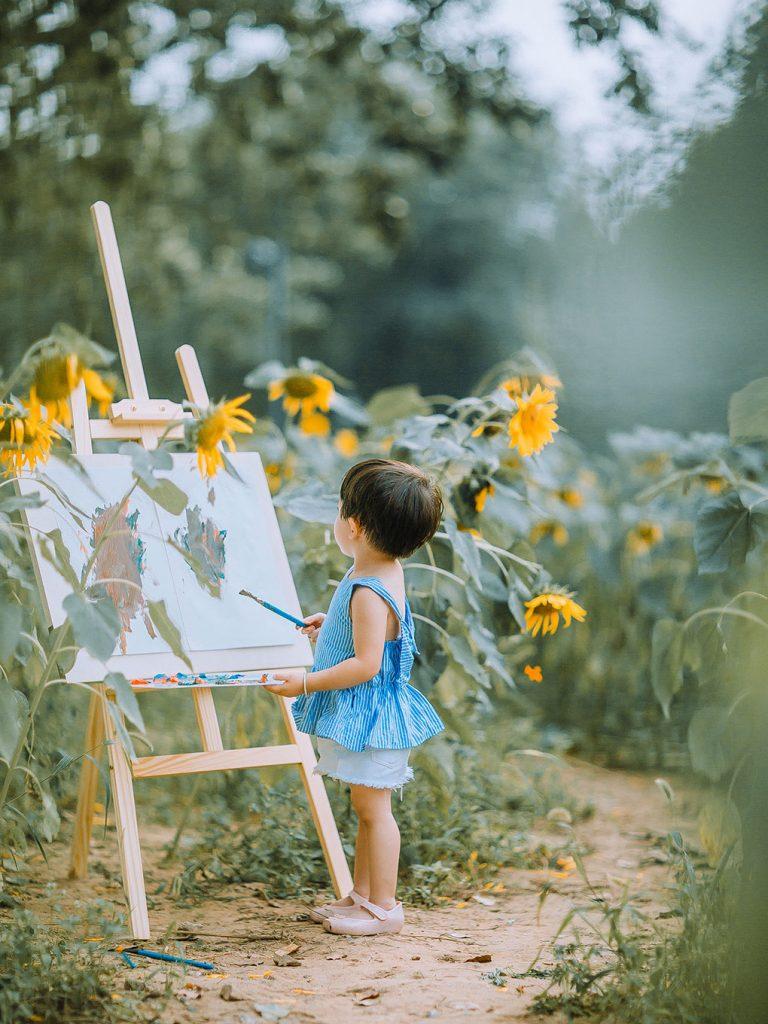 向日葵里画画的孩子-768x1024.jpg插图